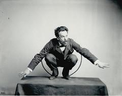 Franz Boas mentre mima la danza Hamat'sa degli Kwakiut (Columbia Britannica)